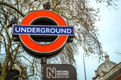 Teken van ondergronds station bij de ingang van Biologiemuseum, Londen Stock Afbeeldingen