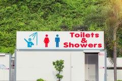 Teken van openbare toiletten en douche voor vrouwen en mannen Openbare toiletten en douche royalty-vrije stock afbeeldingen