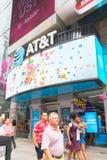 Teken van AT&T in de stad van New York, Times Square wordt gepost dat stock fotografie