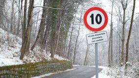 Teken van tien kilometers grens onder de sneeuw stock videobeelden