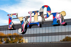 Teken van winkelcentrum Goodok tegen blauwe hemel Stock Foto's