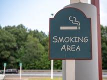Teken voor aangewezen het roken gebied in een openluchtparkeerterrein royalty-vrije stock foto's