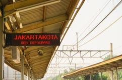 Teken voor aankondiging de volgende die bestemming in spoorweg of stationfoto in pondokcina depok wordt genomen Djakarta stock foto
