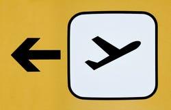 Teken voor de richting van de vertrekterminal bij een luchthaven stock foto