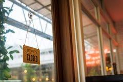 Teken voor open-closed in de spiegeldeur stock afbeelding