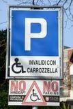 Teken voor parkeerplaats voor gehandicapten wordt gereserveerd die Royalty-vrije Stock Foto's