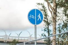 Teken voor voetgangers en fietsers dichtbij een weg in het park Sluit omhoog geschoten Fiets en het Lopen Wegteken met Hemel Royalty-vrije Stock Foto's