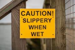 Teken: Voorzichtigheid! Glad wanneer nat royalty-vrije stock fotografie