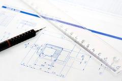 Tekenbord met pen, heerser en project stock afbeeldingen