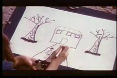 Tekening van het close-up de jonge meisje met magische tellers stock footage