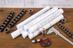 Tekeningen, die hulpmiddelen en details van kettingen op de lijst meten stock fotografie