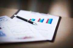 Tekeningen en grafieken van succesvolle zaken Royalty-vrije Stock Afbeeldingen