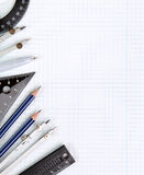 Tekeningshulpmiddelen op wit notitieboekjeblad in het vakje Stock Foto's
