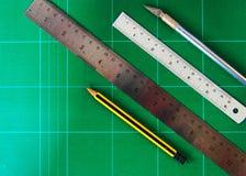 Tekeningsmateriaal op groene raad Stock Afbeelding