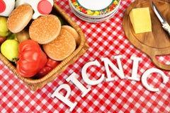 Tekenpicknick op Lijst met Lunch in Mand, Hoogste Mening royalty-vrije stock foto