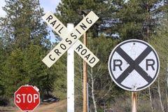 Tekens bij een Spoorweg Kruising stock foto's