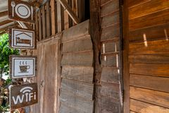 Tekens die voor een oud houten huisverblijf hangen stock afbeeldingen