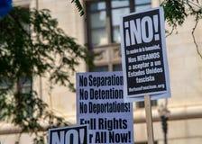 Tekens en Menigte in Chicago Maart/Protest stock foto's