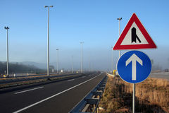 Tekens in mistige autosnelweg Stock Afbeelding