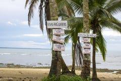 Tekens op Palm bij Strand met Oceaan op Achtergrond Stock Foto