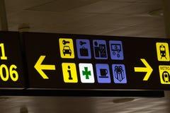 Tekens van een Spaanse luchthaven donkere achtergrond stock afbeeldingen