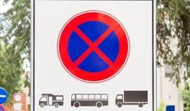 Tekenverbod van parkeren en het tegenhouden van zware voertuigen: Bestelwagens, Bussen en Vrachtwagens stock foto's