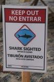 Tekenwaarschuwing over haai het waarnemen langs Vreedzame Kust stock afbeelding