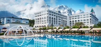 TEKIROVA TURCJA, KWIECIEŃ - 25 2017: Pływacki basen i plaża luksusowy hotel Pisać na maszynie rozrywka kompleks Amara Dolce Vita obraz stock