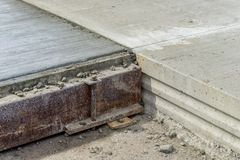 Teknik för att hälla betong på aerodromen Royaltyfria Bilder