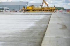 Teknik för att hälla betong på aerodromen Arkivfoton
