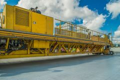 Teknik för att hälla betong på aerodromen Konkret landningsbana Royaltyfria Bilder