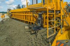 Teknik för att hälla betong på aerodromen Konkret landningsbana Arkivfoto