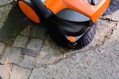 Teknik för manuell automatiserad lokalvård av gator och trottoarer borstar och väg Fotografering för Bildbyråer