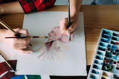 Teknik för vattenfärg för expertis för grupp för målarfärgkurskonst arkivbilder