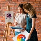 Teknik för vattenfärg för expertis för grupp för målarfärgkurskonst arkivfoton