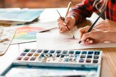 Teknik för vattenfärg för expertis för grupp för målarfärgkurskonst arkivfoto