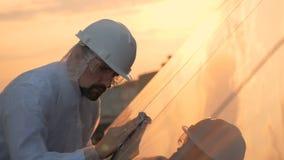 Teknikarbetaren gör ren solpaneler Modernt innovativt branschbegrepp stock video