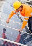 Tekniker Adjusting Solar Panels Arkivbilder