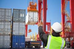 Tekniker/arbetare/fraktforwarder som arbetar på slutlig port för behållare/hamn arkivbilder