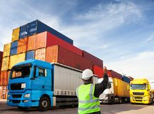 Tekniker/arbetare/fraktforwarder som arbetar på slutlig port för behållare/hamn arkivfoto