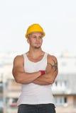Tekniker Construction Wearing en gul hjälm Royaltyfri Bild