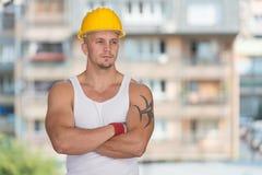 Tekniker Construction Wearing en gul hjälm Royaltyfria Bilder