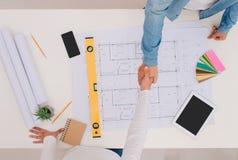 Tekniker eller arkitekt och affärsman som skakar händer för teamwork Arkivbild