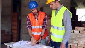 Tekniker eller arkitekt som diskuterar konstruktionsfrågor med kollegan stock video
