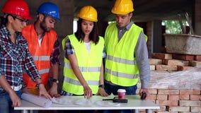 Tekniker eller arkitekt som diskuterar konstruktionsfrågor med kollegor arkivfilmer