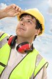 Tekniker eller byggmästare som ser upp på framsteg arkivbild