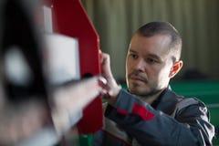 Tekniker för byggmästare för manarbetarelektriker under arbete Royaltyfri Bild