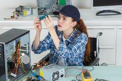 Tekniker för ung kvinna som reparerar datoren Arkivbild
