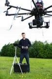 Tekniker Flying Photography Drone royaltyfri fotografi