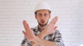 Tekniker i den vita hårda hatten som frågar för stoppet som gör något stock video